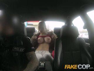 Fake polic gjoksmadhe bjonde fucked në junk yard