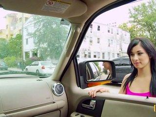 Mandy fills 彼女の passenger サイド プッシー