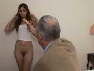 Starý otec fucks násťročné dievča