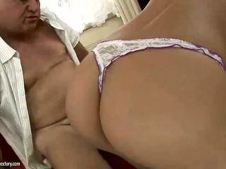 Ondeugend tiener blondine enjoys seks met oud man