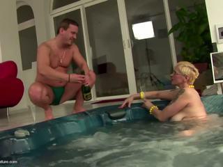 醜 成熟 懶婦 媽媽 drinks pee 和 gets 肛門: 免費 色情 11