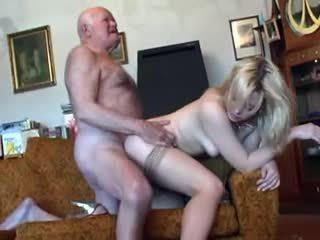 Oud grootvader fucks jong blondine