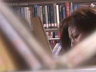Tempting ασιάτης/ισσα cutie μουνί teased κάτω από την φούστα σε ο βιβλιοθήκη