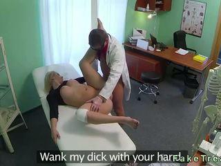 Vollbusig blond squirts während ficken sie doktor