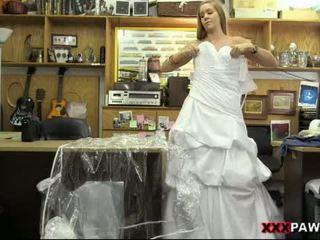 Hottie pawns haar huwelijk gown en nailed