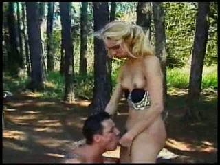 Блондинки малък цици траверси прецака в гора с празнене на тя t