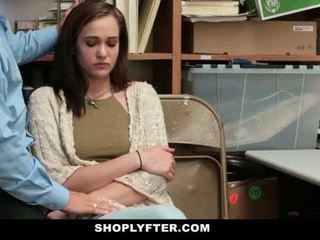 Shoplyfter - mamá y hija pillada y follada para stealing