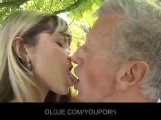 Muda menjijikan rambut pirang merayu an tua guy