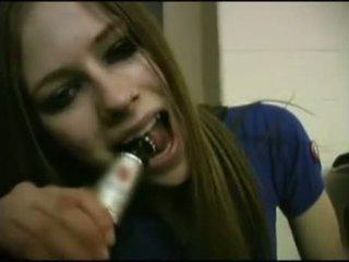 Avril lavigne flashing 胸罩.