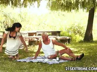 Ýaşlar cutie s küntiräk picnic with a garry ata