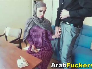 Arab 女孩 尋找 為 工作 欺騙 成 他媽的