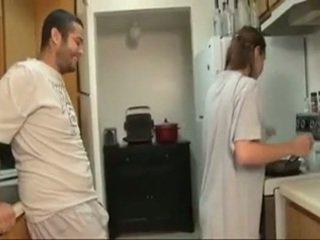 Veli ja sister suihinotto sisään the keittiö
