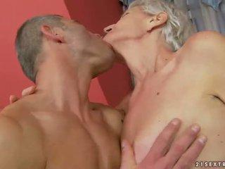 Oma enjoys gemeen seks met jong man