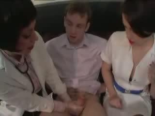 Lääkäri ja sairaanhoitaja taking siittiöiden näyte alkaen ujo pojat video-