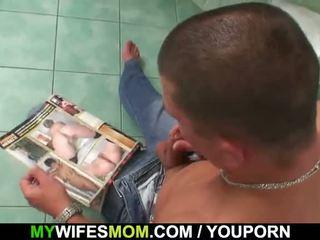 Krūtinga mama ir son-in-law prigautas į vonia