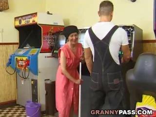 Muscle guy fucks 추악한 할머니, 무료 현실 할머니 포르노를 포르노를 비디오