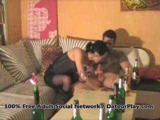Amateur vrouw gets geneukt in de bips door hubby video-