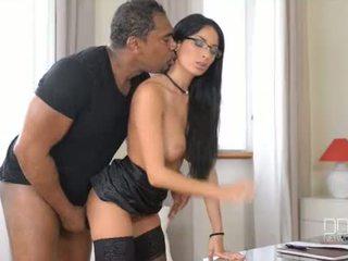 Francūzieši goddess anissa kates takes a gigants melnas dzimumloceklis uz viņai ciešas pakaļa