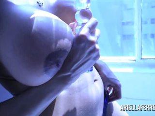 Ariella ferrera 玻璃 假阳具 blue 光 艺术的 玩