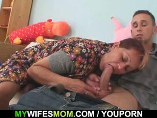 Femme catches lui baise son vieux mère