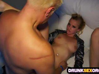 Горещ boozed жени чукане при на парти