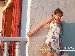 Smashing teenie shows su undies bajo la falda