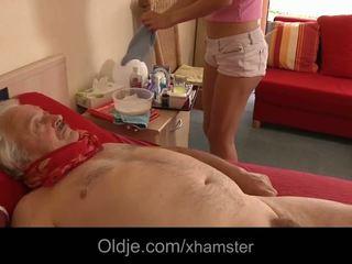 غير مطيع ممرضة takes ميزة من مريض قديم رجل سخيف