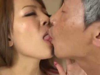 ボインの アジアの having an 古い 男 吸い 彼女の 乳房