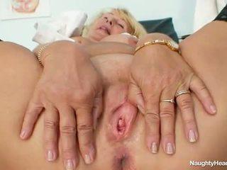 Blondine milf greta groot natuurlijk tieten en uniform