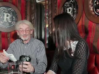 Jaunas dukra tempting senelis su jaunas putė seksas