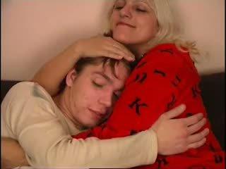 Nga mẹ và không cô ấy con trai