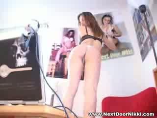 孩兒 孩兒 下一個 門 nikki stripping 節目 她的 pointy 胸部