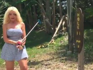 "Karstās blondīne ""kelley cabbana"" fingers vāvere uz publisks mini golfs"