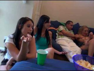 Vier tieners in een bed