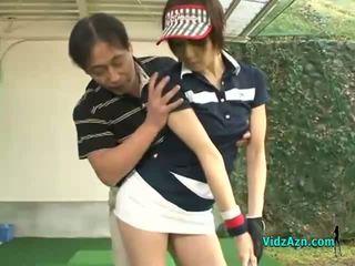 Karcsú ázsiai tini enjoys szopás neki golf instuctors fasz