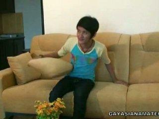 Homosexual azijke pomežik strikes a pose