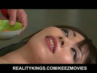 Realitāte kings - sushi gets shared. tik does the delivery meitene