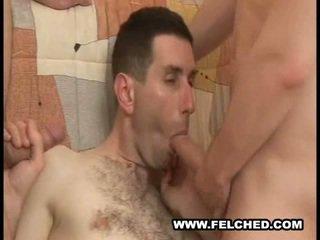 Homo sexo a três a chupar o esperma ejaculações a partir de cu para boca