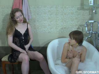 Two excitat lesbiene juca cu fiecare alții muff în baie