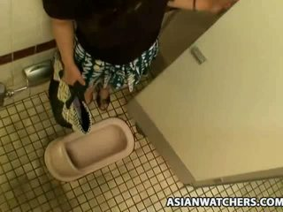 Azjatyckie uczennica masturbates w jej schools łazienka