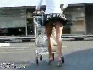 Meisje temptation has aarsstop omhoog ronde bips terwijl shopping