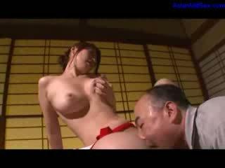 Karstās mammīte masturbācija getting viņai matainas vāvere licked un fingered līdz vīrs par the galds uz the istaba