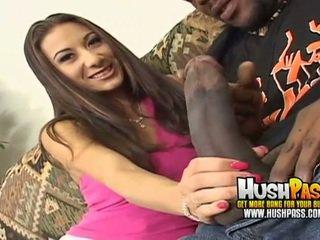 Karstās mazulīte gets a liels melnas loceklis uz viņai sārts vāvere
