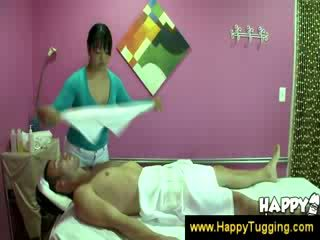 Asiática masseuse teases un guy
