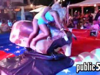Blondes скаче на a mechanical bull