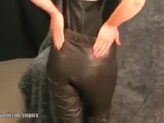 جنسي جبهة مورو takes بعيدا pants و plays مع غض سيدة lips