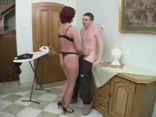 赤毛 熟女 gets アナル から a 若い 男 上の ザ· stairs