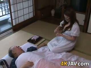 Vollbusig japanisch hausfrau