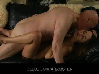 Стар съпруг catches негов млад съпруга мастурбиране