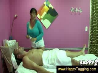 オリエンタル マッサージ masseuse handjobs wanking けいれん 手コキ tugging tug 仕事 服を着た女性裸の男性 大きい おっぱい bigtits bigboobs